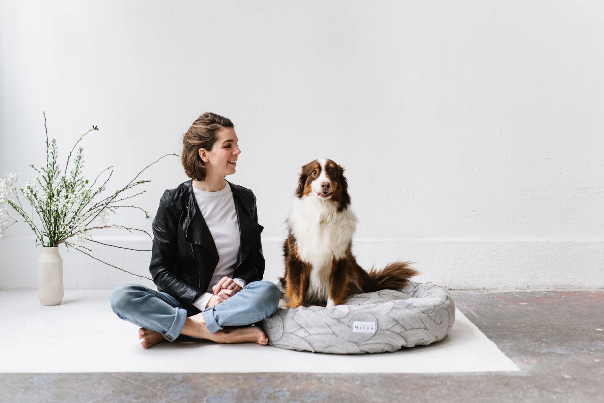 Margot la fondatrice de Maiso Medor les paniers et coussins pour chienet Dixie son chien