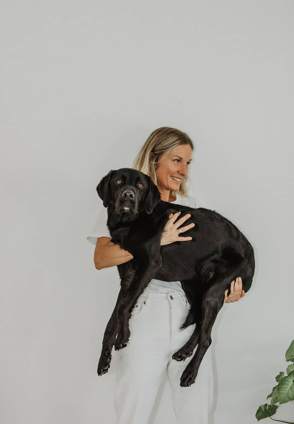 An Lalemant avec dans ses bras son chien Rox pour Maison Medor