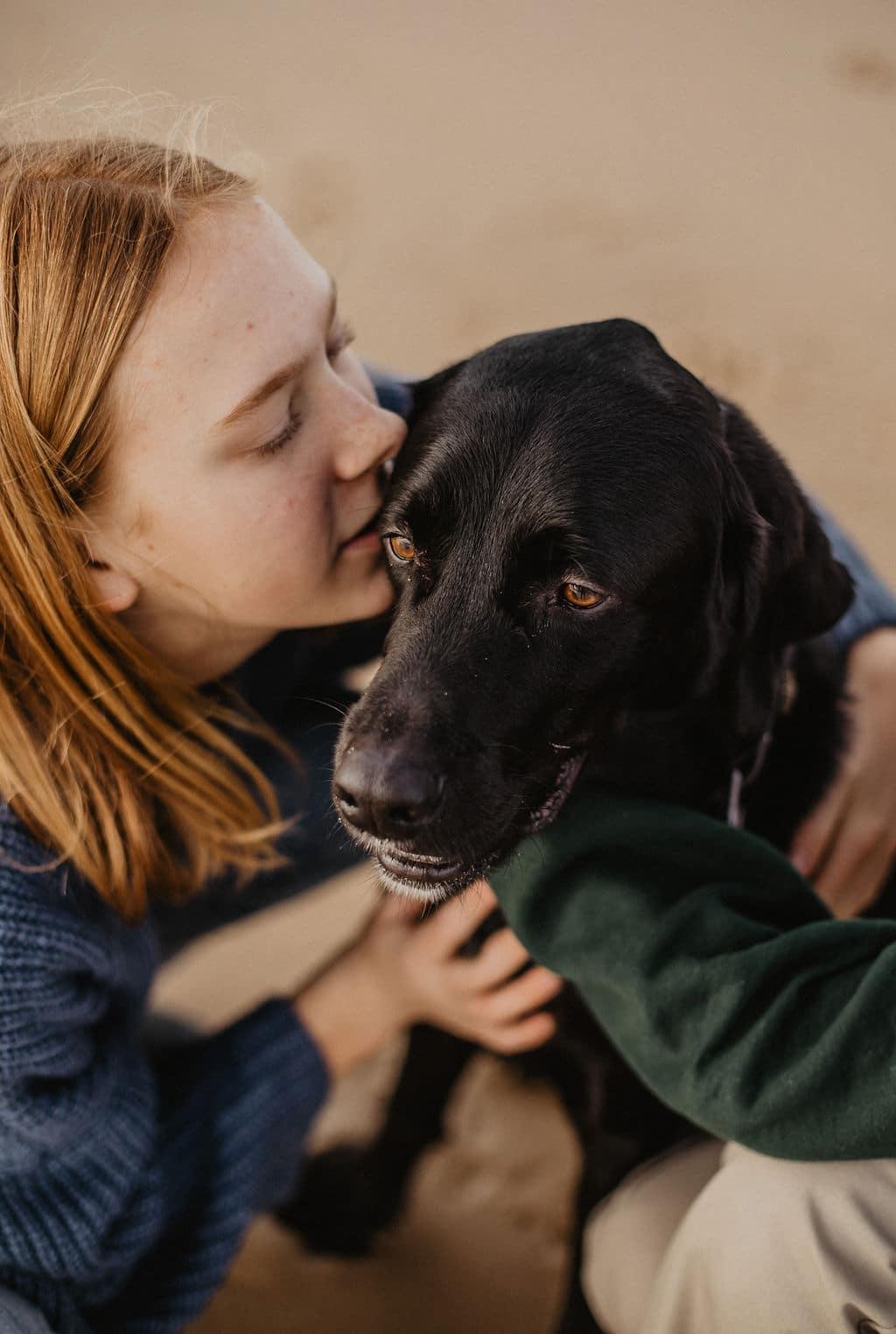 Moment de tendresse entre une fille et son chien pour Maison Medor