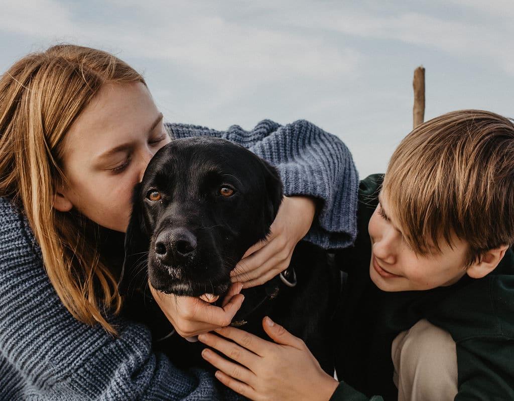 De l'amour dans la famille entre un chien et des enfants
